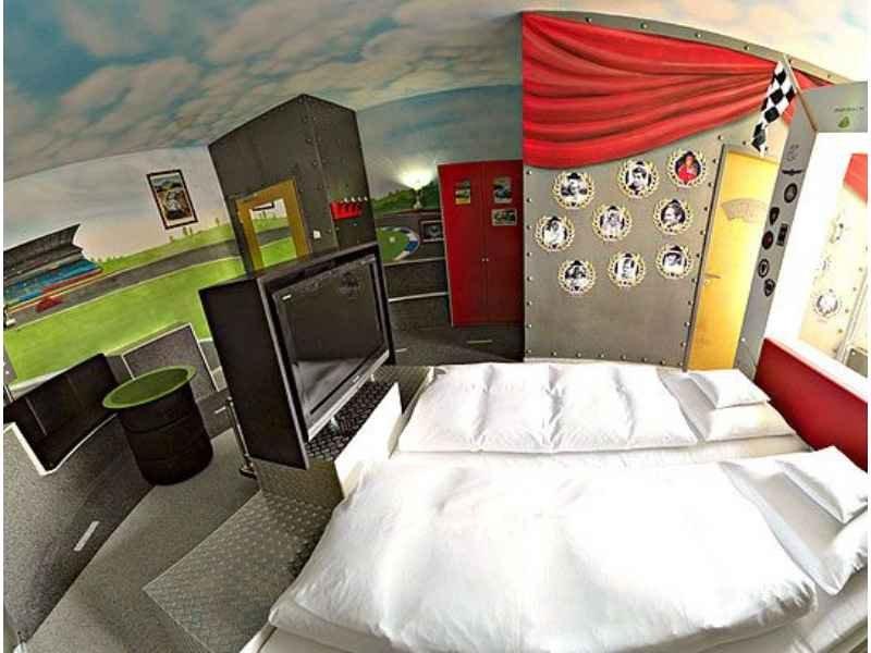 865 - Hotel V8